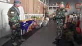 Pangkogabwilhan I Laksamana Madya TNI Yudo Margono mengecek kesiapan personel TNI usai Upacara Satgas Bantuan Kemanusiaan WNI di Pulau Sebaru di tank deck KRI Banda Aceh-593 yang bersandar di Mako Kolinlamil, Jakarta, 26Februari 2020. (ANTARA FOTO/M Risyal Hidayat)