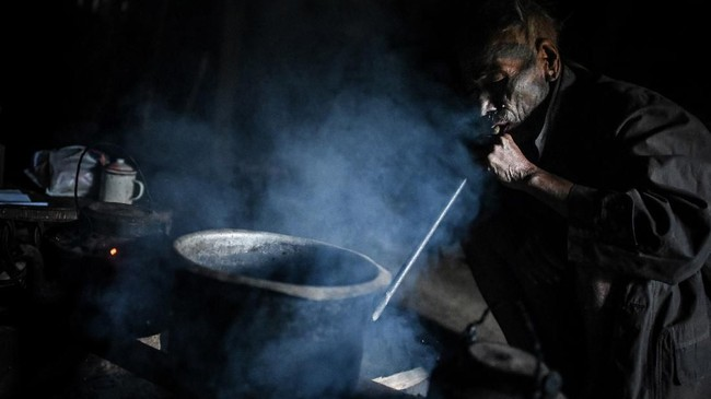 Duri akan digunakan untuk menggoreskan getah pohon di kulit prajurit sebagai pengingat permanen akan kehebatan mereka, tradisi turun temurun yang masih dilakukan hingga saat ini. (Ye Aung THU / AFP)