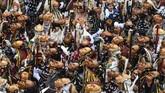 Orang-orang memakai masker dalam karnaval di Rottweil, Jerman. (Patrick Seeger/DPA via AP)