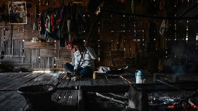 Pemukiman suku-suku Naga adalah salah satu contoh sudut termiskin di Myanmar, di mana banyak orang harus berjalan berhari-hari untuk mencapai kota terdekat, hanya beberapa anak yang mengenyam pendidikan sekolah dasar, dan hanya 40 persen desa yang memiliki aliran listrik. (Ye Aung THU / AFP)