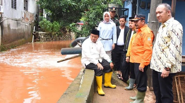 Uu Ruzhanul Ulum meninjau langsung lokasi banjir di Perumahan Bumi Nasio Indah, Kelurahan Jatimekar, Kecamatan Jatiasih, Kota Bekasi, Kamis (27/2).