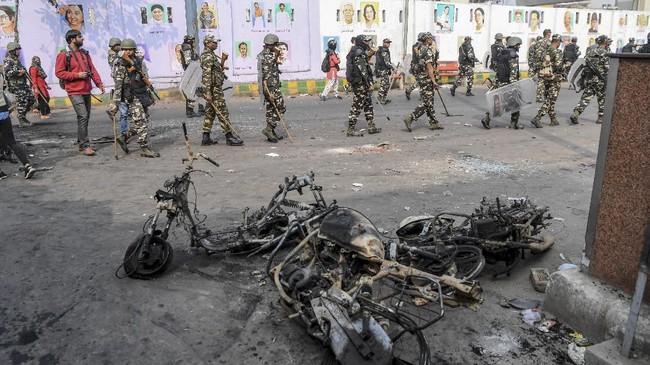 Dilaporkan bentrokan tersebut menewaskan 27 orang dan lebih dari 200 lainnya terluka. Polisi dan petugas pemadam kebakaran turut menjadi sasaran massa. (Photo by Prakash SINGH / AFP)