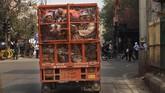 Sejauh ini, polisi telah menangkap 106 orang terkait bentrokan. (AP Photo/Rajesh Kumar Singh)