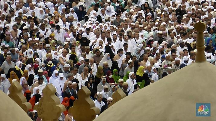 Umat Muslim mengelilingi Ka'bah, saat menjalani ibadah Umrah, di kota suci Muslim di Mekah, Arab Saudi, Senin, 24 Februari 2020. (Foto AP / Amr Nabil)AP/Amr Nabil(AP Photo/Amr Nabil)