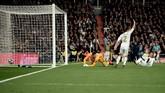 Gabriel Jesus kemudian menyamakan skor menjadi 1-1 lewat gol sundulan di menit ke-78. Gol ini diwarnai protes suporter Madrid yang menganggap Jesus melakukan pelanggaran. (Photo by OSCAR DEL POZO / AFP)