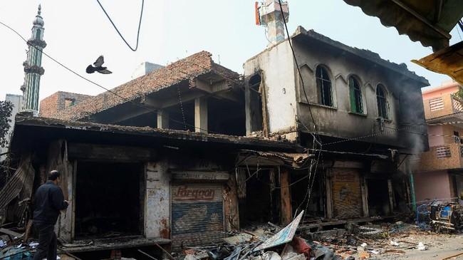 Dalam video yang beredar di media sosial, nampak massa merusak pengeras suara yang berada di menara masjid dan menggantinya dengan memasang bendera agama Hindu. (Photo by Sajjad HUSSAIN / AFP)
