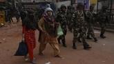 Ketua Menteri Delhi sekaligus oposisi, Arvind Kejriwal, meminta petugas keamanan dikerahkan dan memberlakukan jam malam. (AP Photo/Rajesh Kumar Singh)