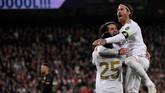 Isco merayakan gol bersama Sergio Ramos dan Vinicius Junior. (Photo by PIERRE-PHILIPPE MARCOU / AFP)