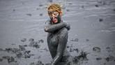 Seorang perempuan berlumur lumpur dalam pesta lumpur