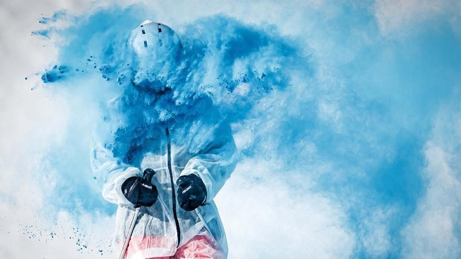Semburat biru membuncah dalam acara Skicolor di La Tzoumaz, Swiss. (Valentin Flauraud/Keystone via AP)
