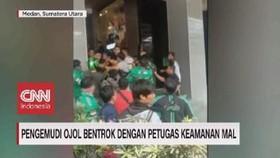 VIDEO: Pengemudi Ojol Bentrok Dengan Petugas Keamanan Mal