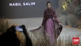 Sedangkan penggunaan motif dan kain tradisional ditonjolkan oleh Nabil Salim, Gee Batik by Sugeng Waskito, dan Dana Duriyatna. (CNN Indonesia/ Adhi Wicaksono)