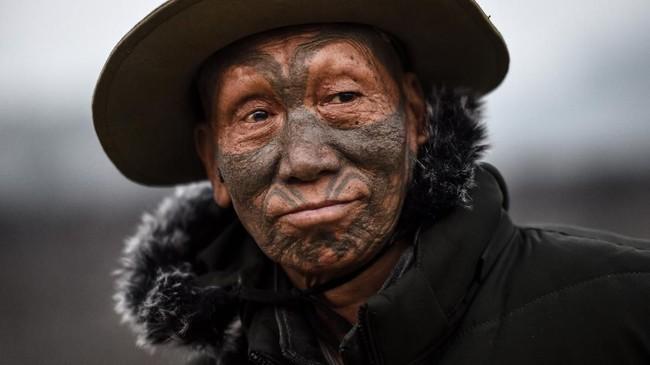 Konflik antar suku kini jarang terjadi. Tradisi tato juga semakin ditinggalkan. Warga Suku Naga berharap seni tato leluhurnya tak punah dimakan zaman. (Ye Aung THU / AFP)