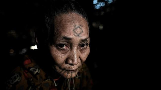 Warga Suku Naga pada umumnya perang karena perebutan tanah, dan ada laporan para pejuang memotong kepala musuh-musuh mereka sebagai tanda kemenangan hingga akhir tahun 1960-an. (Ye Aung THU / AFP)