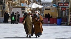 Masker dan Kerudung Hitam di Situs Ziarah Irak