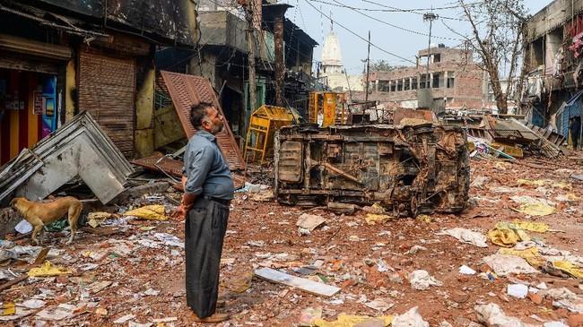 Saksi mata mengatakan petugas kepolisian di lokasi tidak berbuat banyak untuk menghentikan umat Hindu yang menyerang demonstran Muslim. (Photo by Sajjad HUSSAIN / AFP)