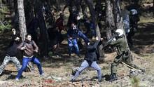 FOTO: Amuk Warga Yunani Tolak Kamp Pengungsi