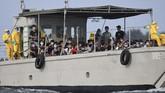 Setibanya di Pulau Sebaru kecil, para WNI langsung menjalani tes kesehatan. Pemeriksaan terhadap ratusan WNI ABK Kapal World Dream itu merupakan lanjutan dari pemeriksaan kesehatan selama dalam perjalanan di KRI Soeharso. (ANTARA FOTO/Akbar Nugroho Gumay/wsj).