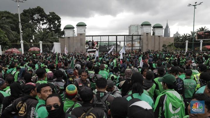 Mereka memprotes usulan anggota DPR yang ingin ojol tidak mengangkut penumpang, melainkan hanya mengangkut barang.