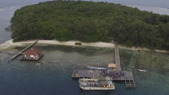 Foto aerial WNI ABK World Dream berjalan setibanya di Pulau Sebaru Kecil untuk menjalani observasi di Kepulauan Seribu, Jakarta, Jumat (28/2). (ANTARA FOTO/Akbar Nugroho Gumay/wsj)