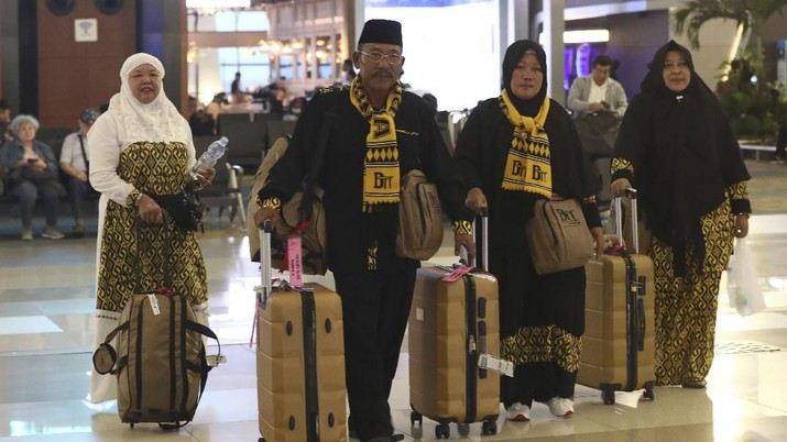 Jamah haji asal Indonesia batal menunaikan ibadah haji karena virus corona. (AP/Tatan Syuflana)