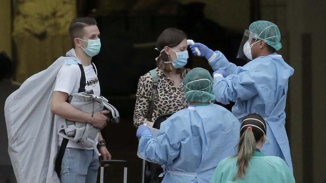 Akibatnya, hotel tersebut diisolasi dan membuat ratusan pengunjung lainnya terjebak di dalamnya. (AP Photo/Joan Mateu)