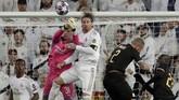 Kiper Man City, Ederson membuat penyelamatan pada laga lawan Real Madrid. Man City menang 2-1 pada laga leg pertama babak 16 besar Liga Champions ini. (AP Photo/Bernat Armangue)