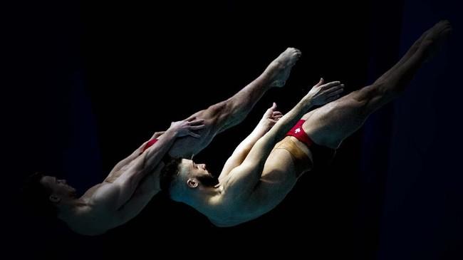 Duet dari Kanada, Philippe Gagne dan Francois Imbeau-Dulac tampil dalam nomor synchro springboard 3 m pada FINA Diving World Series di Montreal. (Graham Hughes/The Canadian Press via AP)