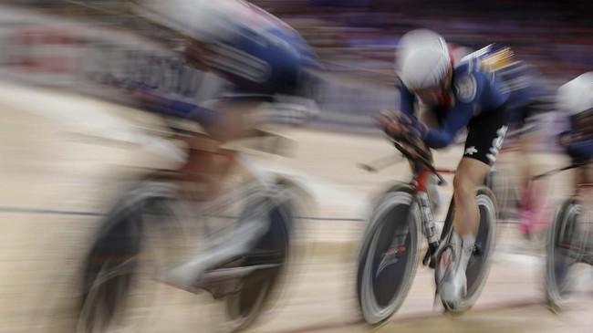 Tim Amerika Serikat saat tampil di final nomor Team Pursuit pada UCI Track cycling World Championship di Berlin, 27 Februari. (Photo by Odd ANDERSEN / AFP)