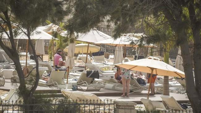 Infeksi virus itu ditemukan setelah ada empat wisatawan Italia yang menginap di sana. (AFP/DESIREE MARTIN)