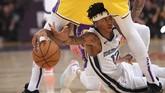 Ja Morant dari Memphis Grizzlies berusaha memenangkan perebutan bola melawan Anthony Davis (LA Lakers) dalam laga NBA. (AP Photo/Mark J. Terrill)