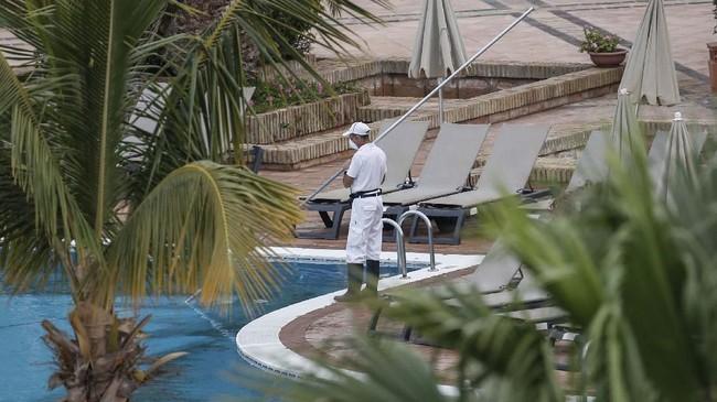 Sejumlah pengunjung yang sempat berjumpa dengan turis Italia itu harus menjalani masa karantina selama 14 hari. (AP Photo/Joan Mateu)