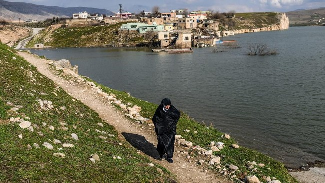 Sebuah kota yang berusia 12 ribu tahun di Turki, Hasankeyf, kini menghadapi akhir dari cerita. Kota tersebut setiap hari kian tenggelam akibat pembangunan sebuah bendungan. (BULENT KILIC / AFP)
