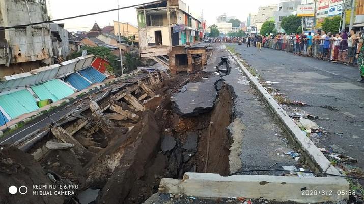Sebanyak sembilan ruko di komplek pertokoan Jompo, Jalan Raya Sultan Agung, Kelurahan Kepatihan, Kecamatan Kaliwates, Jember, Jawa Timur amblas