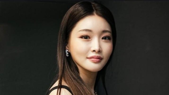 Artis dan penyanyi Kpop Chung Ha terpaksa dikarantina dan mengisolasi diri akibat stafnya disebut terkena corona