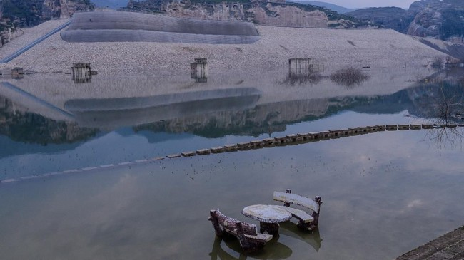 Kebanyakan penduduk telah pindah ke kota baru, Yeni Hasankeyf di bukit dekat lokasi lama yang nanti akan berada di tepi danau hasil bendungan tersebut. (BULENT KILIC / AFP)