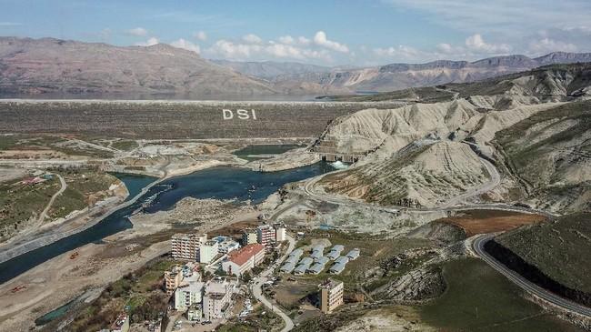 Kini, setiap harinya banyak masyarakat ke tepi Sungai Tigris untuk melihat akhir cerita dari desa mereka, termasuk Hasankeyf yang sudah ditempati manusia selama 12 ribu tahun. (BULENT KILIC / AFP)