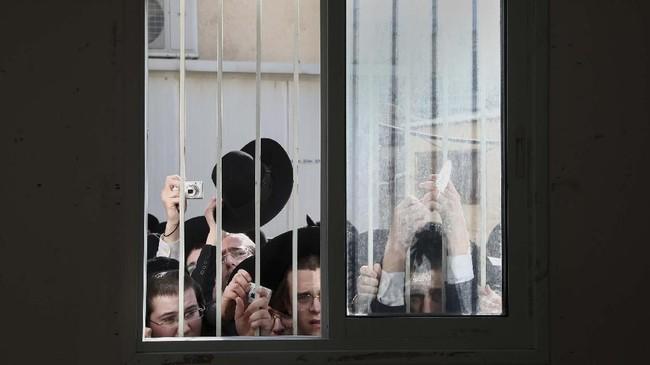 Sedangkan Partai Yisrael Beitenu yang dipimpin Avigdor Lieberman meraih tujuh kursi, dan belum menentukan sikap akan mendukung siapa.(AP Photo/Oded Balilty)