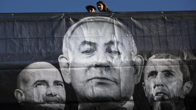 Partai Likud, kelompok koalisi faksi sayap kanan mengklaim unggul dalam hitung cepat sementara dalam Pemilu Israel, Senin (2/3). (AP Photo/Oded Balilty)