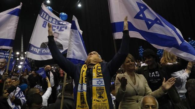Sebelumnya dalam pemilu pada April 2019, koalisi pimpinan Netanyahu meraih 60 kursi di parlemen. (AP Photo/Ariel Schalit)
