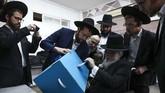 Koalisi pesaing Netanyahu yang dipimpin politikus Partai Biru Putih, Benny Gantz dilaporka meraup 54 kursi parlemen. (AP Photo/Oded Balilty)