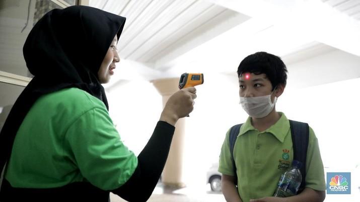 Sekolah di depok terapkan pencegahan virus corona. (CNBC Indonesia/ Muhammad Sabki)