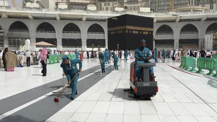Para pekerja membersihkan Masjidil Haram di kota suci Muslim Mekah. (AP/Amr Nabil)