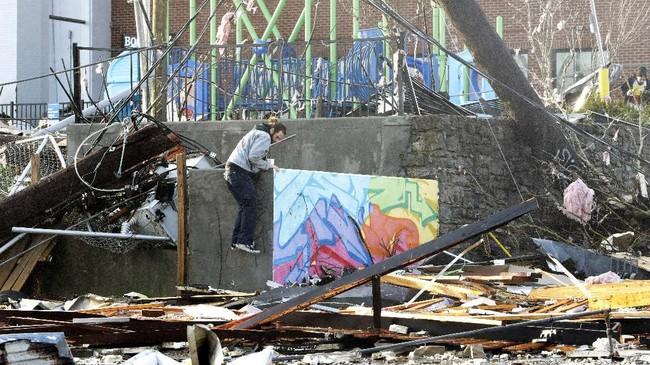 Pasangan kekasih Michael Dolfini (36) dan Albree Sexton (33), meninggal tersapu reruntuhan yang terbawa angin ribu saat meninggalkan Attaboy Lounge.(AP Photo/Mark Humphrey)