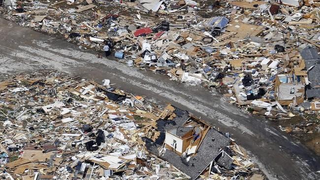 Tim penyelamat, pemadam kebakaran, paramedis dan polisi sampai saat ini masih memeriksa reruntuhan untuk mencari korban lainnya.(AP Photo/Mark Humphrey)