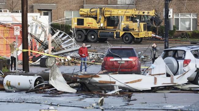 Wali Kota Nashville, John Cooper, menyatakan akibat terjangan tornado tersebut menyebabkan 48 gedung robboh, dan sejumlah bangunan lainnya rusak ringan hingga berat.(AP Photo/Mark Humphrey)
