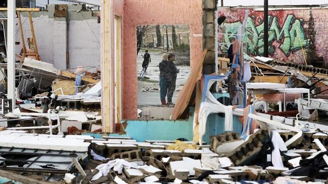 Bencana itu terjadi pada malam hari ketika para penduduk tengah beristirahat dan tidur.(AP Photo/Mark Humphrey)