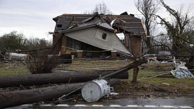 Rumah penyanyi musik country dan pemenang ajang American Idol musim kelima, Taylor Hicks, yang berada di Germantown, Nashville, juga rusak dihantam tornado.(Brett Carlsen/Getty Images/AFP)