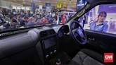 Kemudinya menggunakan teknologi electric power steering. Fitur yang ada di kabin yaitu head unit 8 inci, AC, ABS/EBD, sensor parkir, kamera parkir, dan child lock. (CNN Indonesia/Adhi Wicaksono)