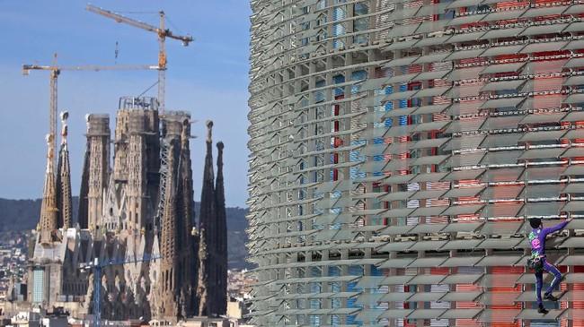 Spiderman' asal Prancis, Alain Robert kembali beraksi dengan memanjat gedung Agbar Towerdi Barcelona, Spanyol dalam waktu 20 menit pada Rabu (4/3). (AP Photo/Joan Mateu)